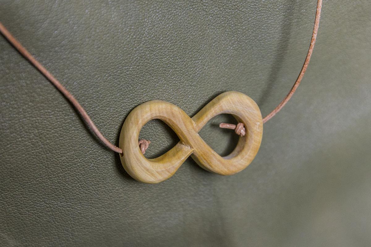 lemniscate en buis sur fil de cuir.
